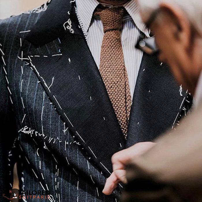 Comment le tailleur travaille-t-il avec le client pour réaliser le costume sur mesure ?