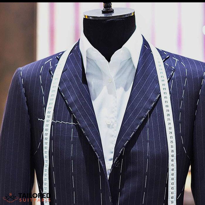 Comment le tailleur travaille-t-il pour réaliser un costume sur mesure ?